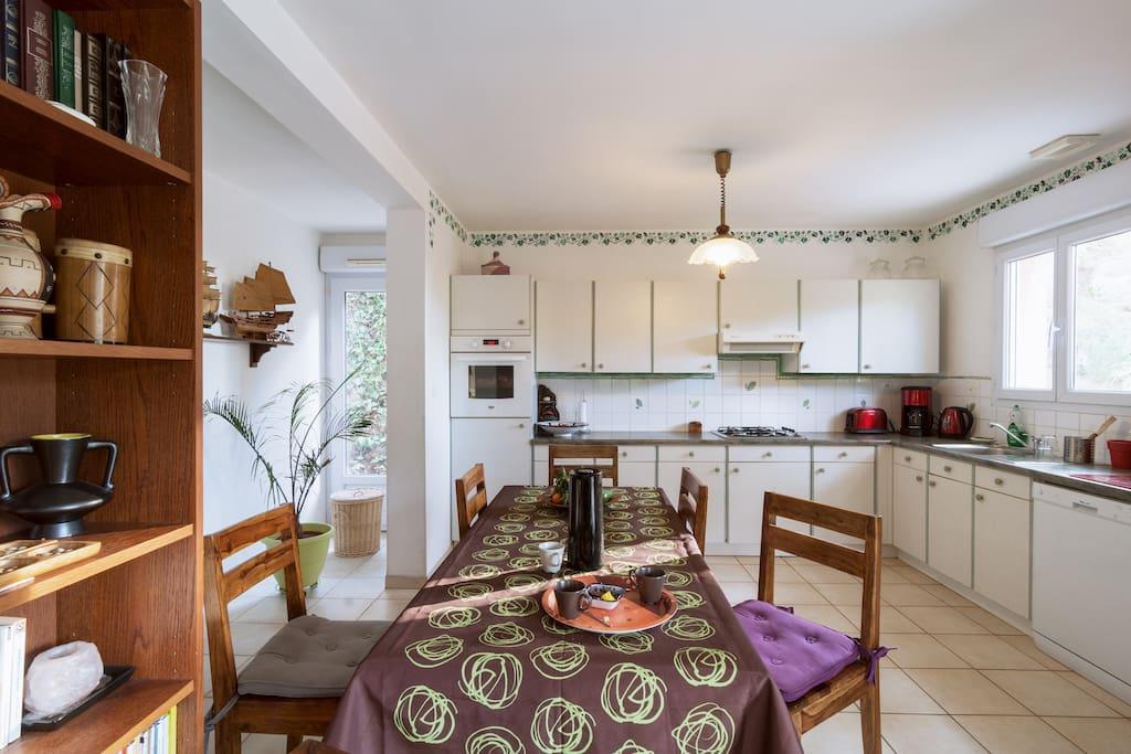 All the kitchen units to cook French food, living room / Espace cuisine ouvert sur le salon entièrement équipée rien ne manque.
