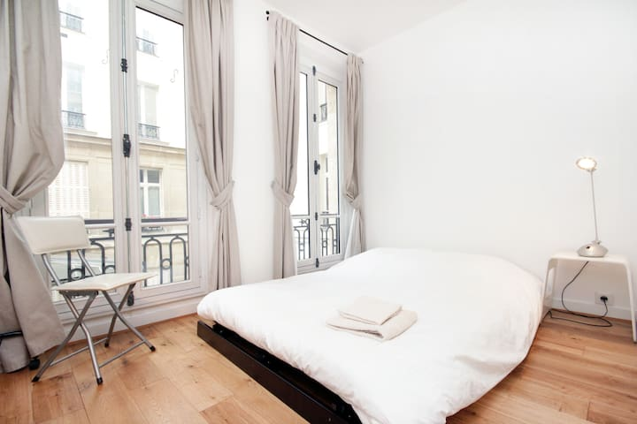 Room / bright flat near Montmartre