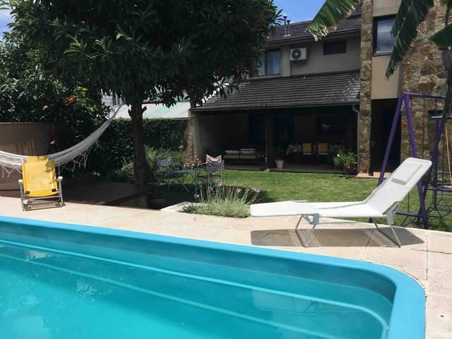 Casa con piscina cerca del centro