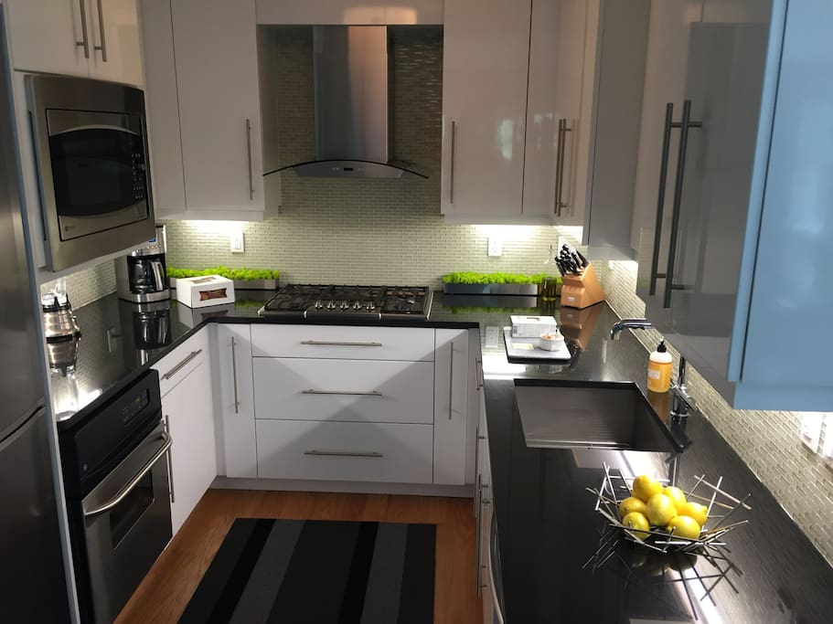 Fully equipped gourmet kitchen with dishwasher & microwave.