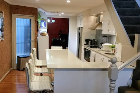 Redfern Relaxer - 3 air conditioned bedrooms - Redfern - Hus