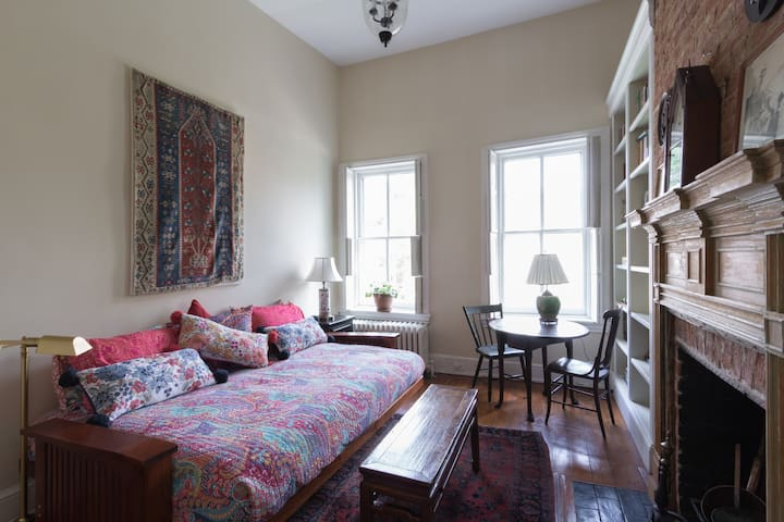 Charming Georgetown 3-room suite, full of light!