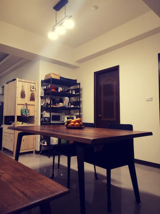 Dining table, working table 交誼廳