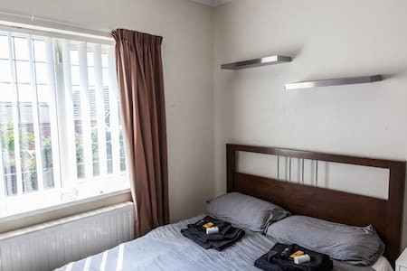 Private Room in Lovely home close to city centre - House