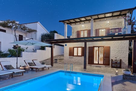 Charming Seaside Home with a swimming pool