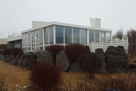 House close to the Blue lagoon with hot tub - Grindavik