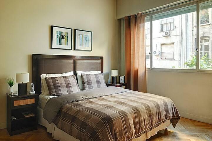 Bedroom with queen size bed. Luxury mattress.