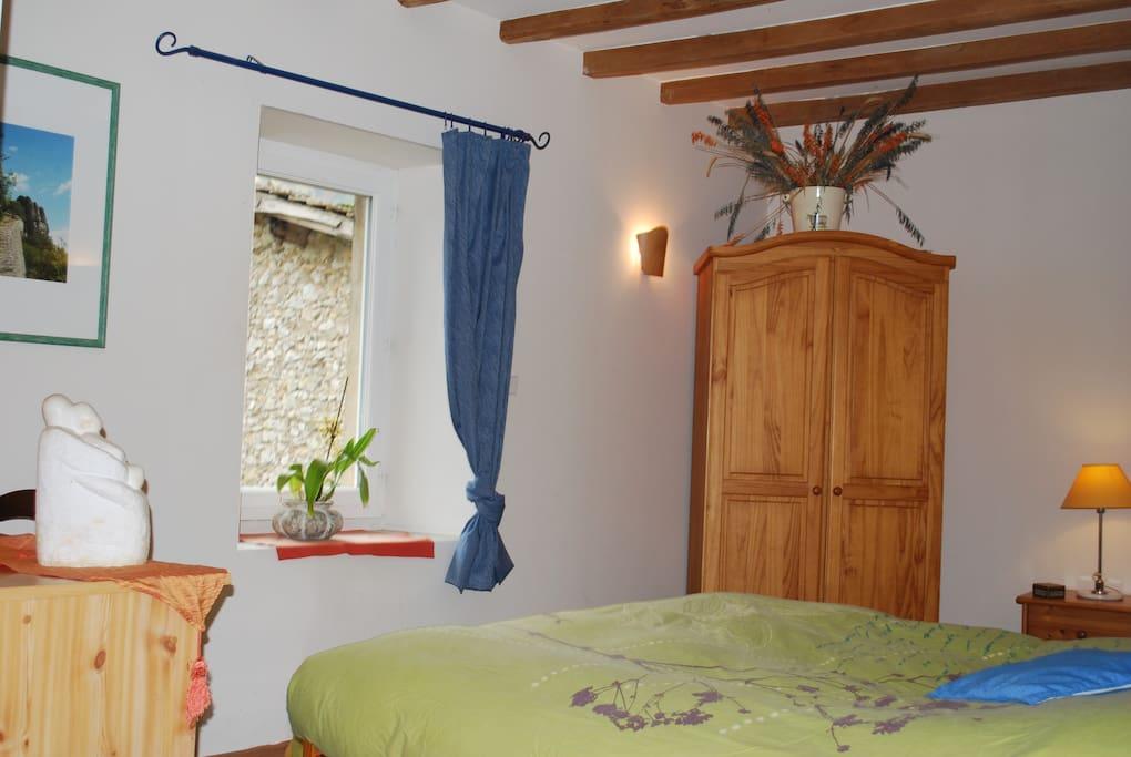 Chambre d'Hôtes HIRONDELLE pour un couple et deux enfants ou un adulte avec salle de bain et  WC privatifs