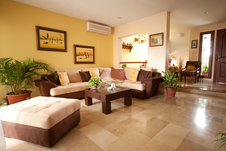 Maggie's house, pvt/br and bath - Guayaquil - Huis
