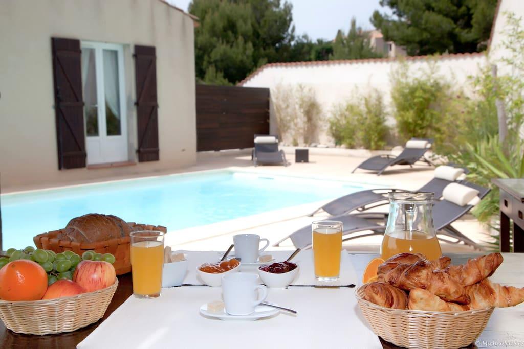 Casa Vanilla Grande - L'espace piscine - Petit déjeuner serein au bord de l'eau