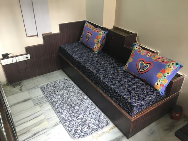 Small Cosy Room in the Heart of Bombay, Dadar