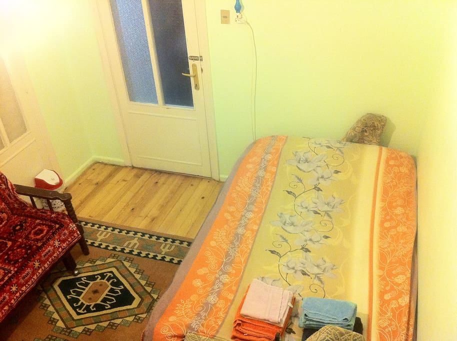 Very simple 14 m2 room with a large couch, a couch(mediocre comfort) and few other furniture. Ideal capacity: 2 guests, Max capacity: 3 guests. The sound isolation is limited due to wooden walls, frosted glass and thick curtain combination.