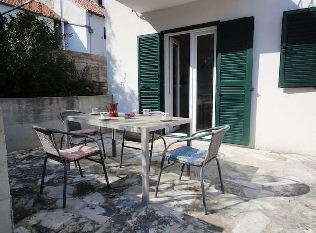 Appartement d'une chambre avec la terrasse Maslinica (Solta) (A-17314-b)