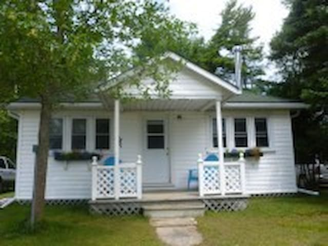 Beach front cottage on beautiful Lake Huron - Wiarton - Cabin