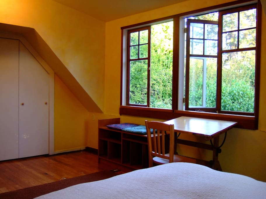 Ginsberg bedroom in gourmet ghetto houses for rent in berkeley california united states for Bedroom furniture berkeley ca