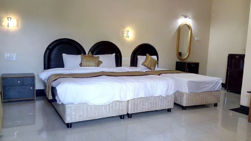 Luxury Rooms Right on the Baga Beach - 3 guests - บากา