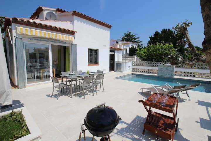 Charming Holiday Home in Empuriabrava with Pool
