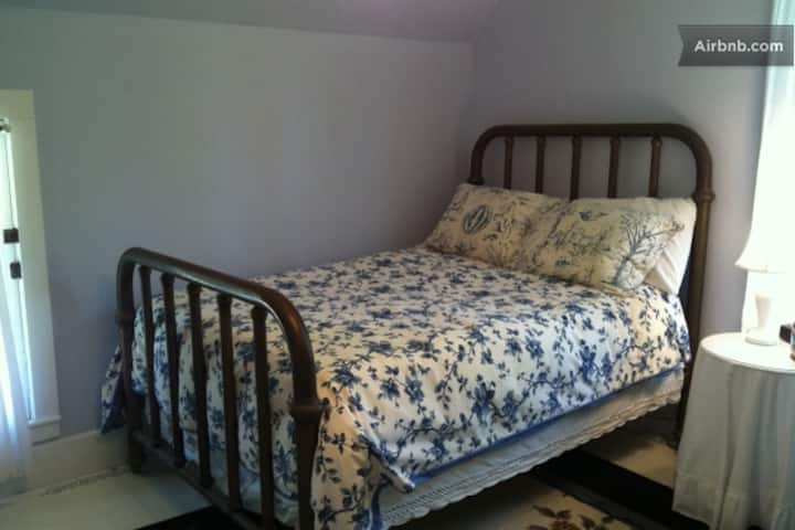 Quiet & comfy Periwinkle Blue Room