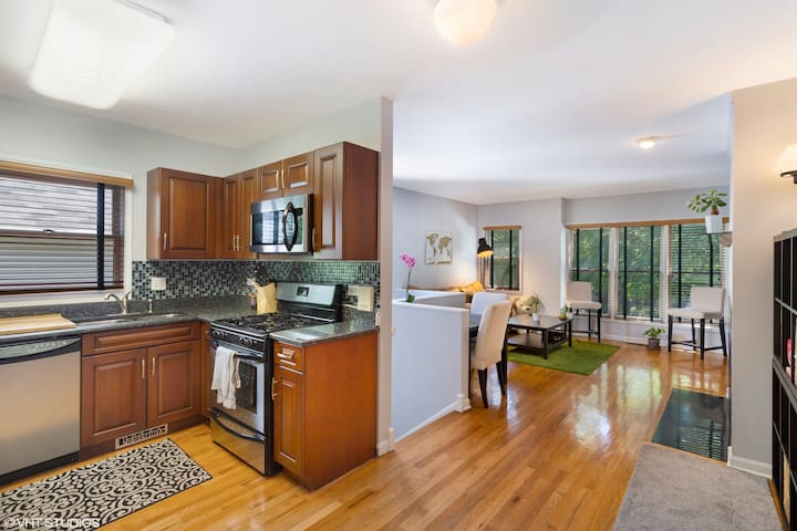 Lincoln Park 2 Bedroom With Street Parking