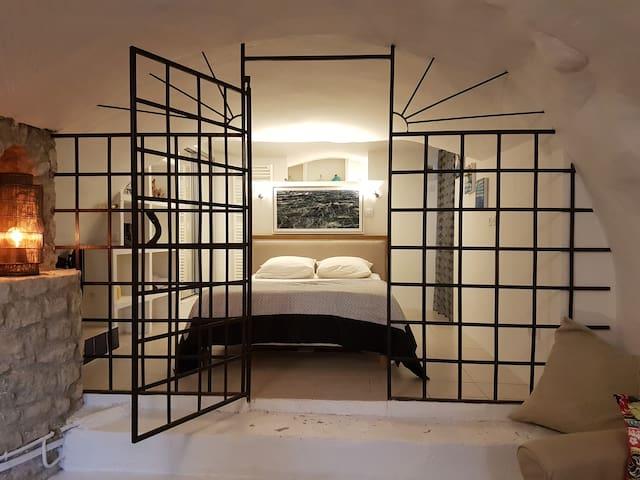 La chambre et sa magnifique grille réalisée par François Privat artisan du village.