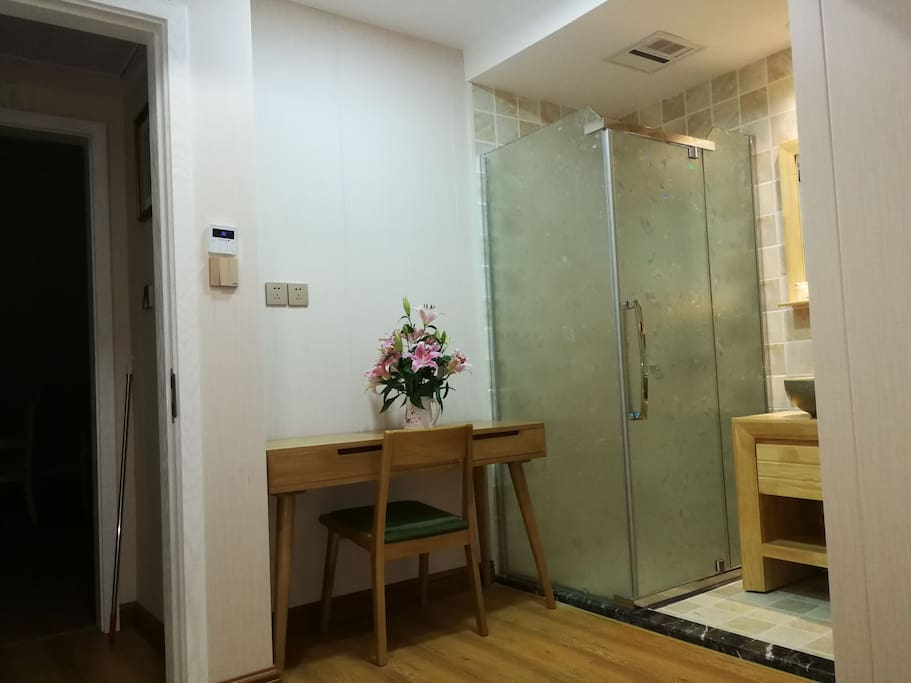 卫生间半开放,一张进口橡木梳妆写字台