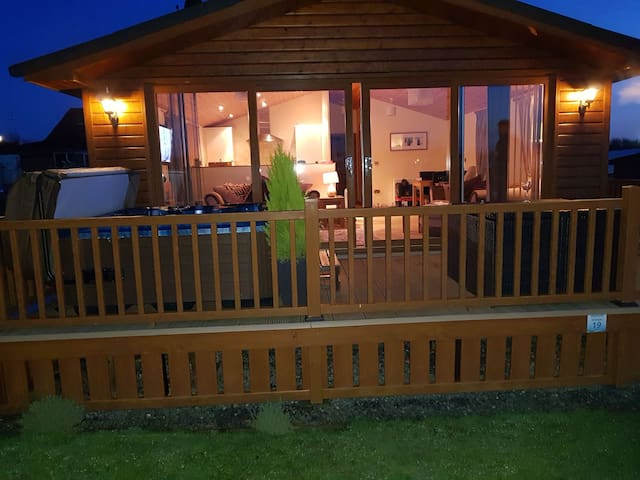 Beaumont Lodge with hot tub