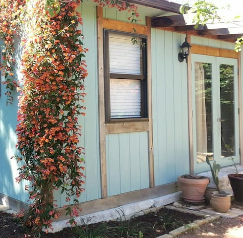 Charming Cottage Close to Main St.