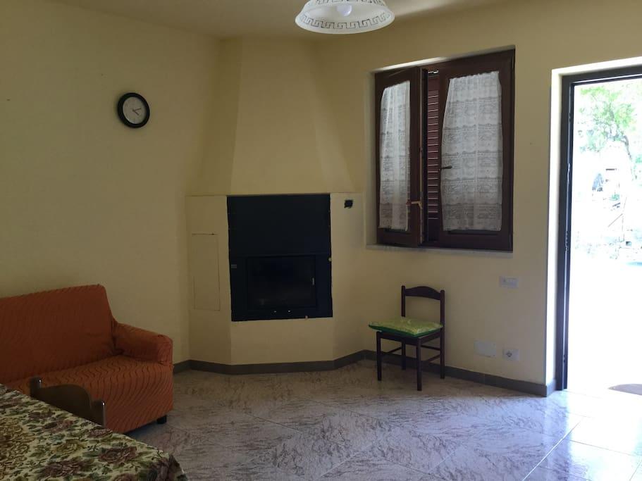 soggiorno di ingresso con angolo cottura