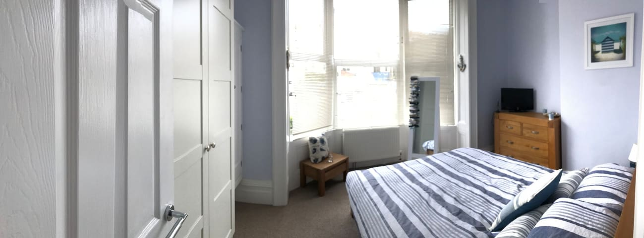 Double bedroom with feature bay windows & wardrobe / drawer storage
