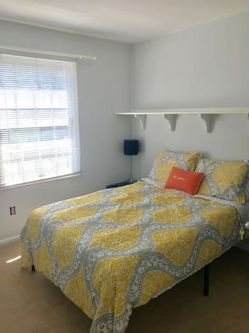 Cozy bedroom close to IAD, Metro and shops!