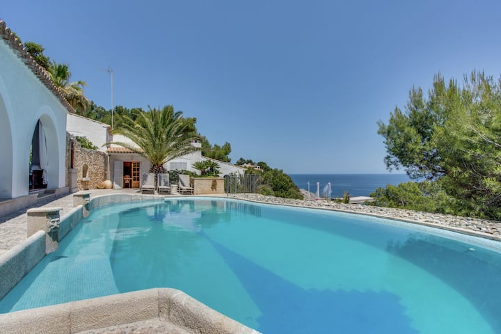 Fantastic villa with private swimming pool, garage, bbq, patio, wifi and the sea