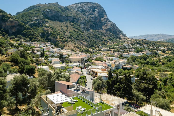 Modern house,Next to all  amenities,Short drive to north & south Cretan beaches