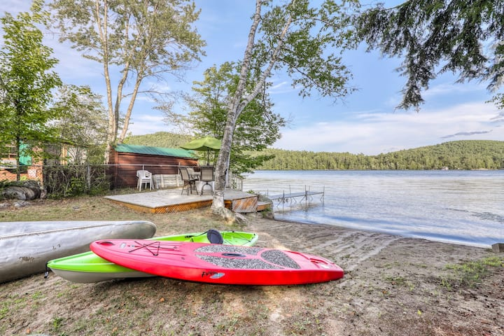 Lakefront, family-friendly house with sandy beach, private dock