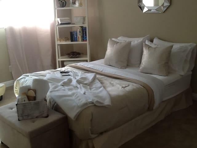 Comfy, clean, private bath, & close to beach & LAX