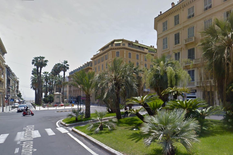 Sulla destra il nostro palazzo. L'appartamento gode di una spendida vista sul corso fino al mare. Dalle finestre negli anni abbiamo potuto vedere gli arrivi di tante Milano-Sanremo e i Corsi Fioriti.