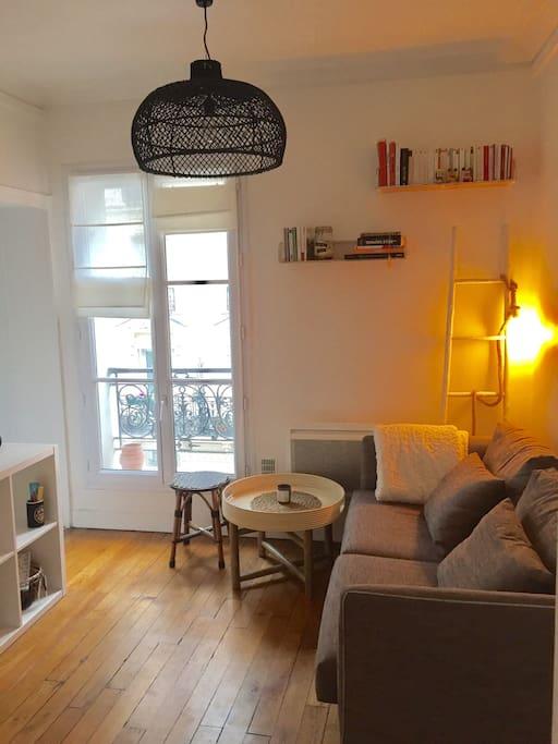 Le salon exposé sud baigne de lumière toute la journée / The very bright living room