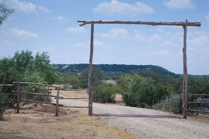 Absolutely Charming Rockview Cabin 2, Spectacular Views of Enchanted Rock!