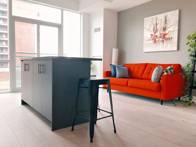 Convenient and Modern Condo for your stay in TO