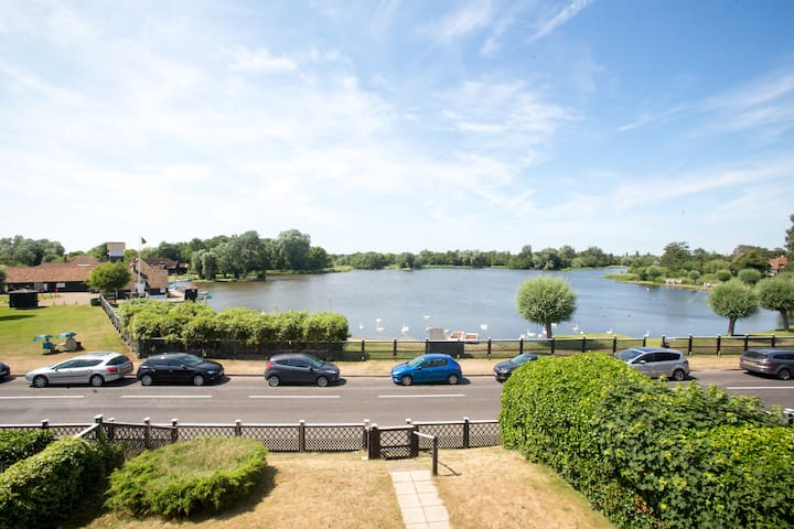 3 The Haven in Thorpeness with views of the lake
