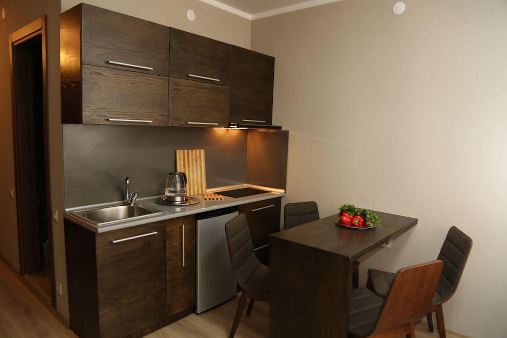 Кухня с полным набором посуды на 4 персоны. Холодильник, микроволновая печь