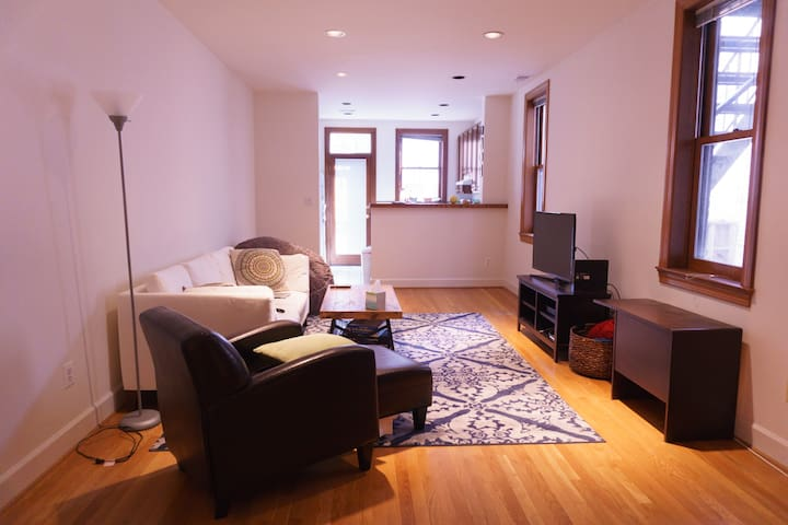 Spacious rowhouse apartment - best location!