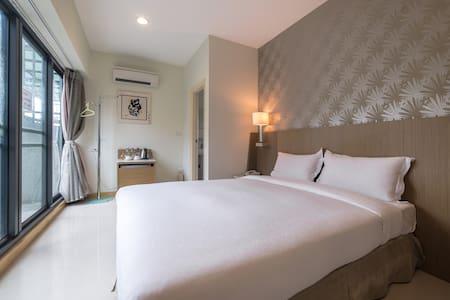 嘉義.憩: 雙人一大床浪漫美房(601) A romantic room for two - West District