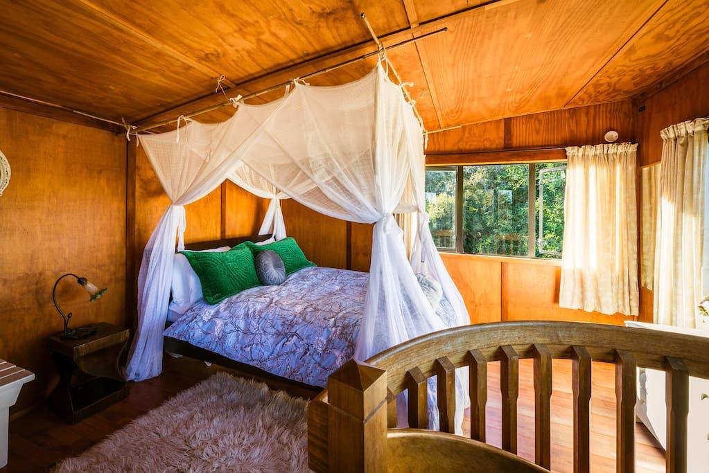 Luxurious comfy Queen bed in Upstairs Sunny Bedroom