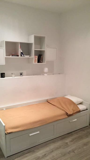 Lit d'appoint une place, possibilité de le passer en lit deux places en tirant les tiroirs.