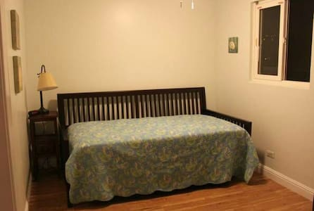 Small guest bedroom - Santa Fe Springs - House