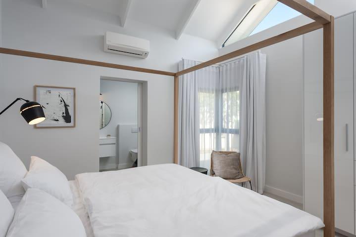 Schlafzimmer 2 mit Bad ensuite und Klimaanlage