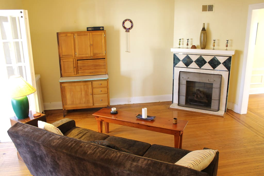 Living room, with a working gas fireplace