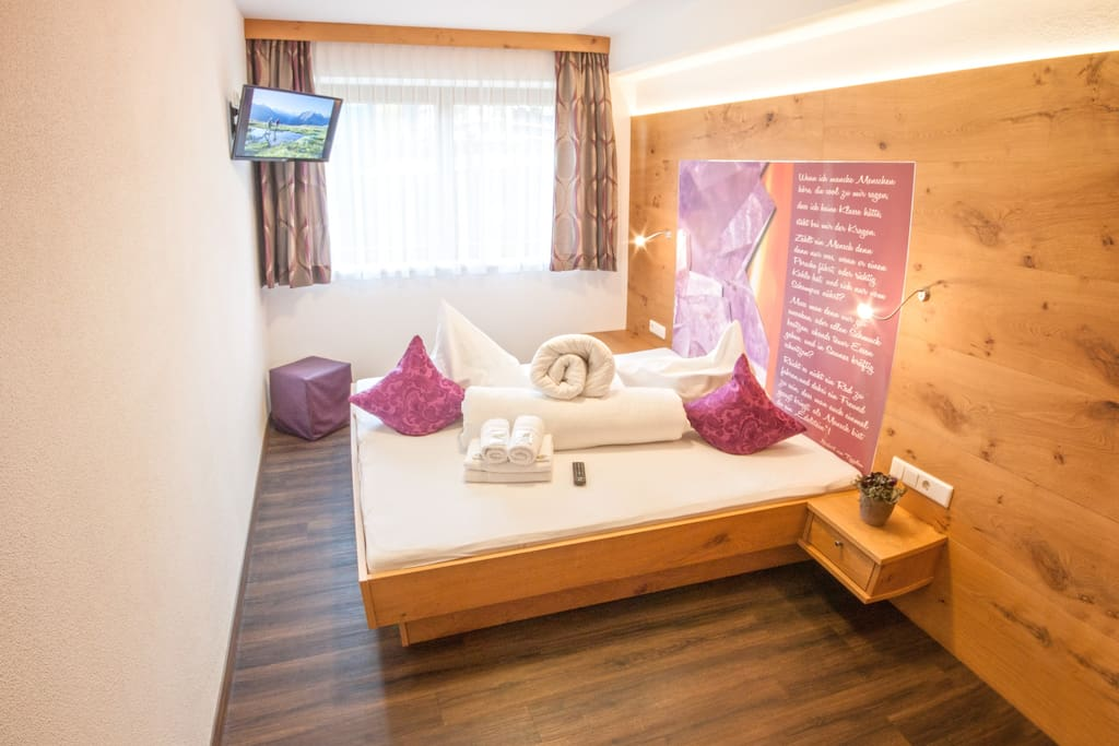 Schlafzimmer mit LED-TV, Handtücher inklusive // bedroom with LED tv, towels are provided