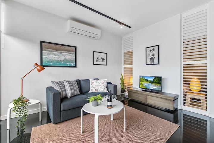 Cosy And Bright St Kilda Beach Apartment