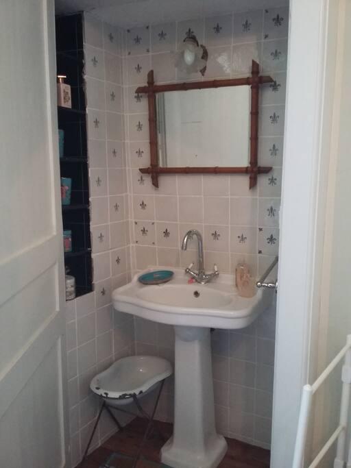 Chambre/Bedroom 1 : lavabo / washbasin